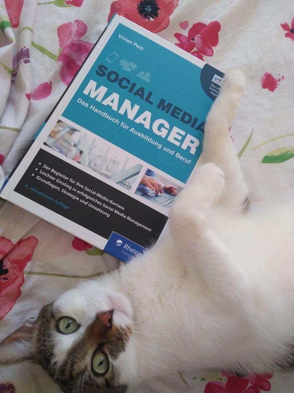 Kater Finlay mit dem Buch Social Media Manager