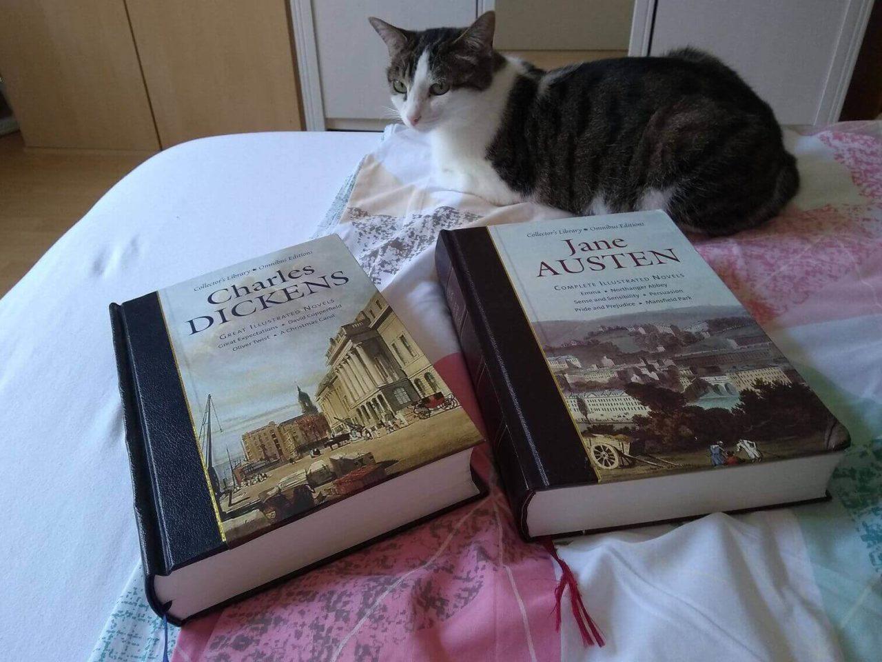 Katze Yoki und meine Lieblingsromane von Charles Dickens in einem Band und von Jane Austen in einem Band